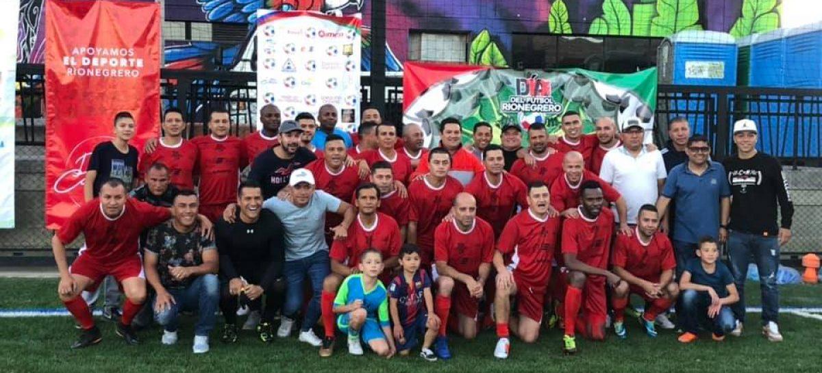 Reconocidos futbolistas colombianos celebraron la navidad con un partido en Rionegro