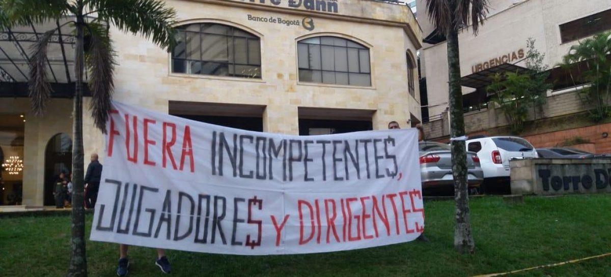 Hinchas del DIM manifestaron su inconformidad con el granadino Raúl Giraldo