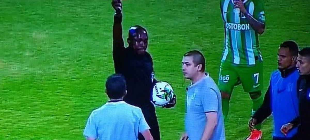 ¡Mal ejemplo! Juan Carlos Osorio fue expulsado y manoteó al árbitro