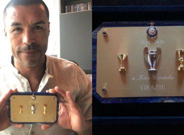Iván Ramiro Córdoba recibió una placa conmemorativa por el triplete del Inter en 2010