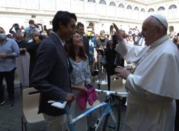 En su visita al Vaticano, Egan Bernal le regaló la Maglia Rosa y una bicicleta al papa Francisco