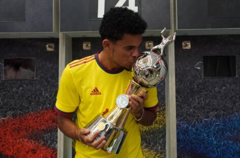 El colombiano Luis Díaz recibió el trofeo como goleador de la Copa América
